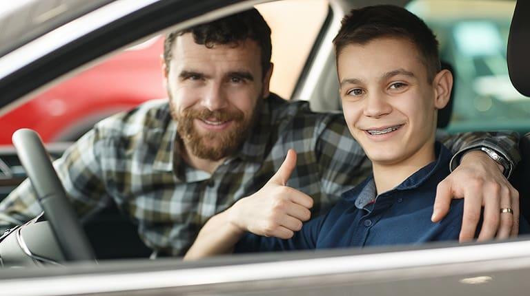 親の車を借りるときは1日自動車保険に加入できる
